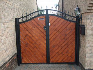 Metal and wood combined gate